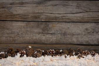 Tannenzapfen auf gefälschte Schnee