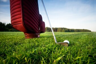 Tasche mit Golfschlägern von unten gesehen