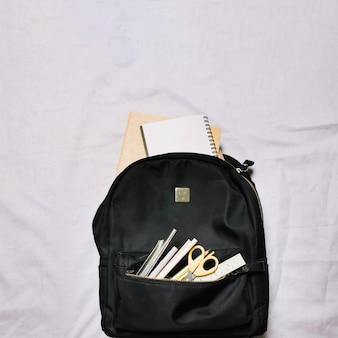 Tasche mit Skizzenbüchern und Bürobedarf