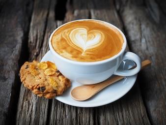 Tasse Kaffee mit einem Herz in Schaum gezogen