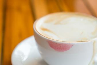 Tasse Kaffee mit Lippenstift