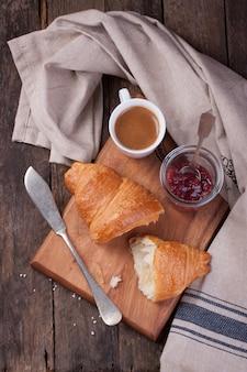 Tasse Kaffee und Marmelade