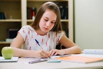 Teen Mädchen sitzen und schreiben