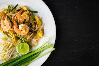 Teller mit Garnelen und Gemüse
