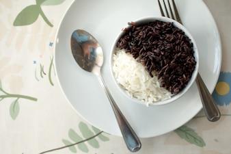 Thailändischer Jasminreis (Reisbeere) mit Jasminreis auf weißer Schale