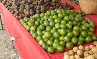 Thailands Straßenlebensmittel, Fruchtshop im ländlichen Thailand-Markt.