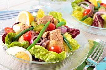 Thunfisch nicioise Salat auf Tisch angeordnet