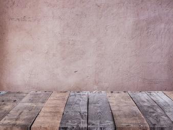 Tisch aus Holzdielen vor einer Betonwand