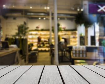 Tisch mit Blick auf Lebensmittelgeschäft