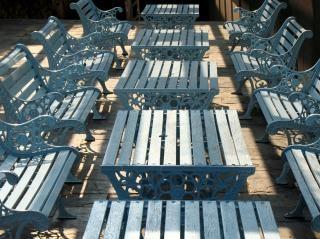 Tische und Bänke im Freien