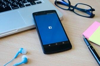 Tischschirm Holz Seite Medien Zuckerberg