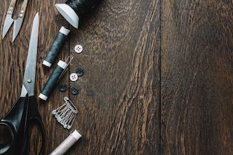 Top-Ansicht Schneider Elemente auf Holzuntergrund mit Kopie Raum.