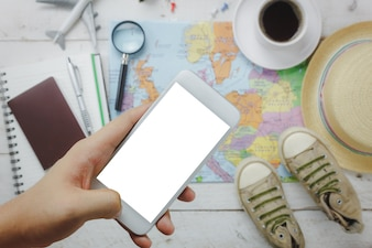 Top-Ansicht Zubehör zu Reise-Konzept.White Handy und Kopfhörer auf Holzuntergrund.