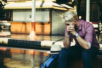 Tourist mit Rucksack am Bahnhof