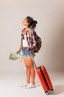 Touristische Frau, die nach oben schaut