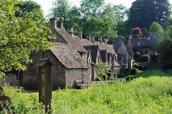 Traditionelle alte Häuser in der englischen Landschaft von Cotswolds