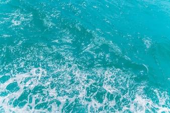 Trail auf Meerwasseroberfläche hinter Boot