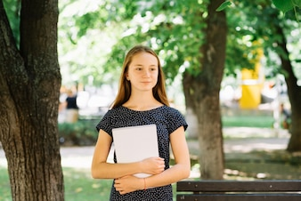 Träumen Student posiert mit Notizblock