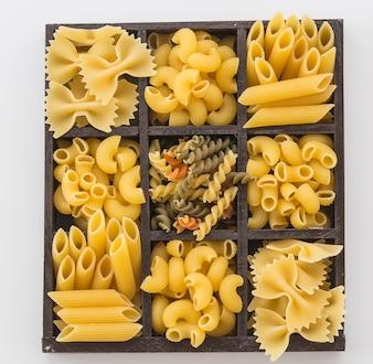 Trockene Nudel-Spaghetti mit Zutat