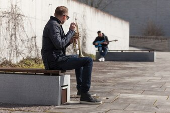 Trompeter und Gitarrist sitzen