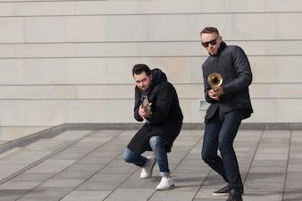Trompeter und Gitarrist tummeln sich