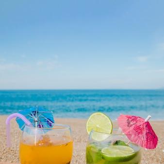 Tropische Cocktails auf Hintergrund des Ozeans
