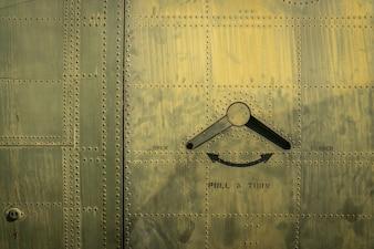 Tür von Militärflugzeug
