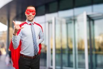 Überraschter Super-Geschäftsmann, der eine Gespräche macht