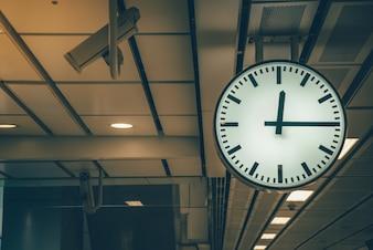 Uhr im Bahnhof Retro-Farbton