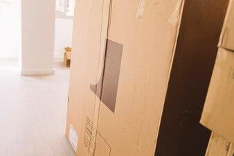 Umzugskartons im leeren Raum