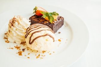 Vanilleeis mit Schokoladenkuchen mit Erdbeere an