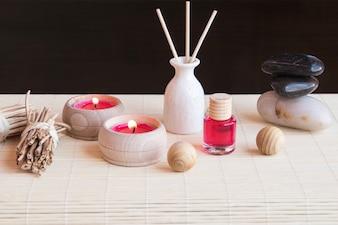 Vase, Lotion und Kerzen