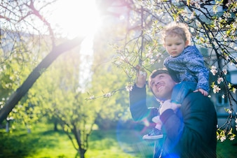 Vater und Sohn im Park an einem sonnigen Tag