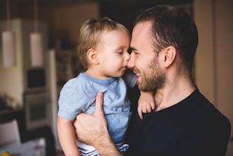 Vater und Sohn spielen mit ihren Nasen