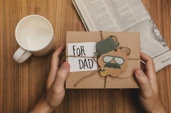 Vatertag Zusammensetzung mit Geschenk und Becher