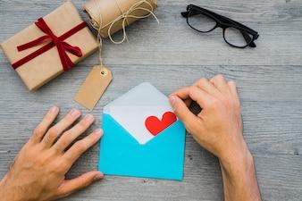 Vatertagskomposition mit Händen, die einen Umschlag öffnen