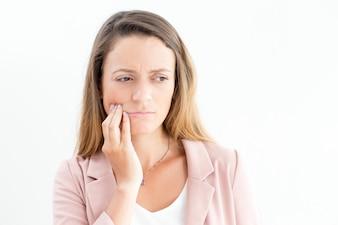Verärgerte geschäftsfrau, die an Zahnschmerzen leidet