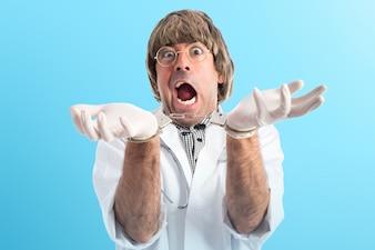 Verrückter Arzt mit Handschellen auf buntem Hintergrund