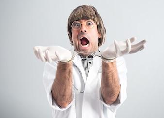 Verrückter Arzt mit Handschellen