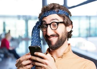 Verrückter Mann mit mobilen phone.funny Ausdruck