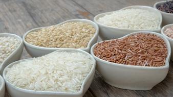 Verschiedene Reis in Keramik Schüssel auf dem Tisch