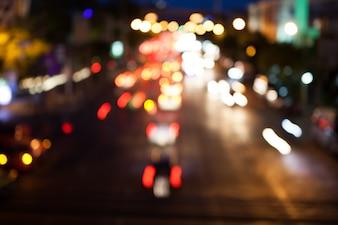 Verschwommener Hintergrund Bokeh des Verkehrs mit Nachtlicht