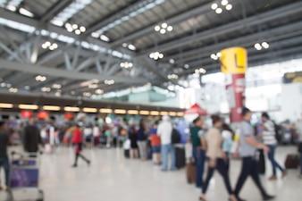 Verschwommener Hintergrund der Menschen im Flughafen