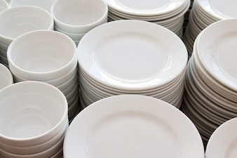 Viele Teller stapelten zusammen