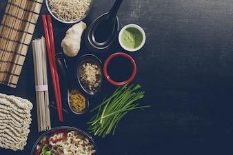 Vielfalt Defferent Viele Zutaten zum Kochen leckere orientalische asiatische Küche. Draufsicht mit Kopierraum. Dunkler Hintergrund. Über. Toning