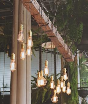 Vintage Beleuchtung Dekor im Café mit Retro-Filter getönten
