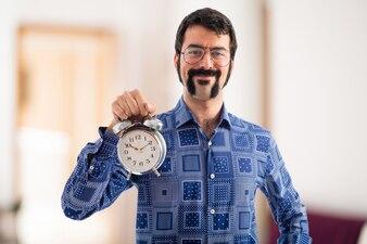 Vintage junge Mann mit Vintage-Uhr auf unfocused Hintergrund