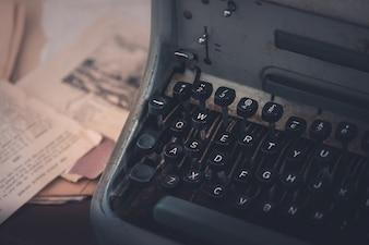 Vintage Schreibmaschine auf einem Schreibtisch des Autors