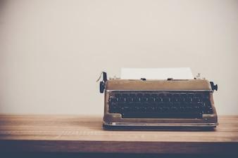 Vintage Schreibmaschine auf Holztisch.