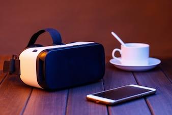 Vr Gläser und Handy auf Holztisch
